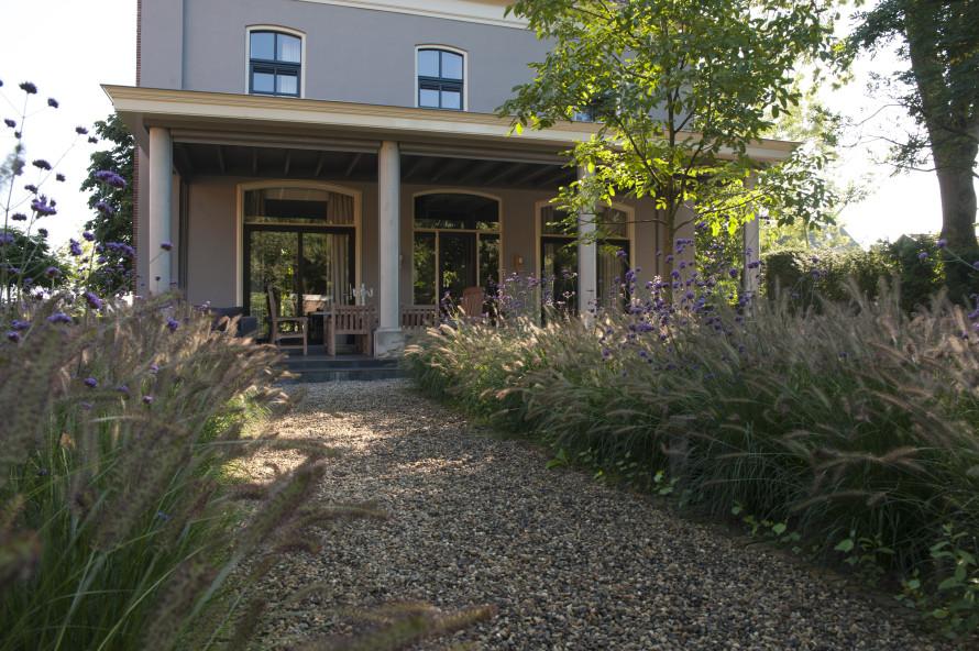 Tuinontwerp Outlook Groenprojecten tuin rondom notariswoning strak begrenst met weelderige invulling - Outlook Groenprojecten