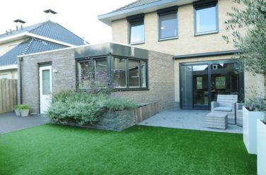 Moderne besloten onderhoudsvriendelijke tuin - Outlook Groenprojecten