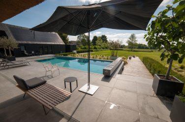 luxe tuin met zwembad